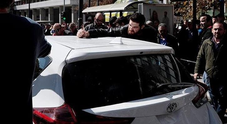 Taksiciler, Uber sürücülerini tartakladı