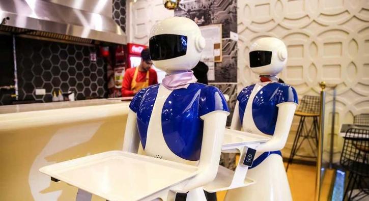 Türkiye'nin ilk teknolojik restoranı! Bu restoranda masalar tablet, garsonlar robot