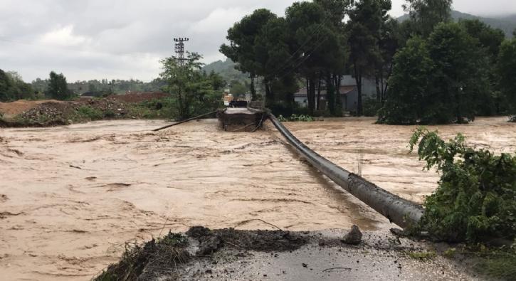 Ordu'da köprü yıkıldı, Karadeniz sahil yolu ulaşıma kapatıldı
