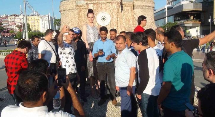 Taksim Meydanı'nda görenler fotoğraf çektirmek için birbiriyle yarıştı