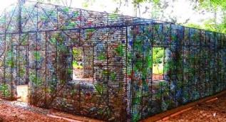 Plastik şişelerden köy kurdu!