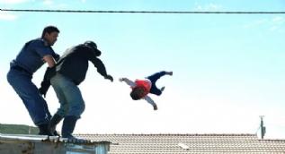 6 aylık bebeğini çatıdan aşağıya attı