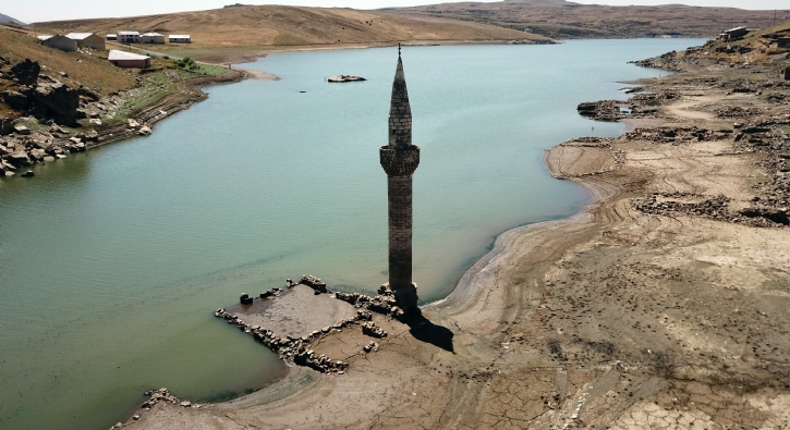 Baraj suları çekildi, mazi ortaya çıktı! Bakıp geçmişi yad ediyorlar