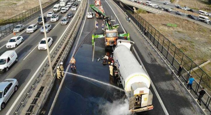 TEM'de oksijen yüklü tanker devrildi...