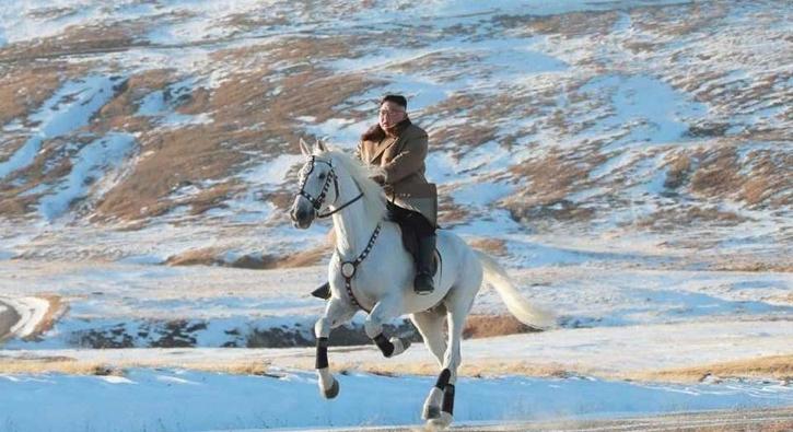 Beyaz atıyla 'kutsal' dağa çıktı