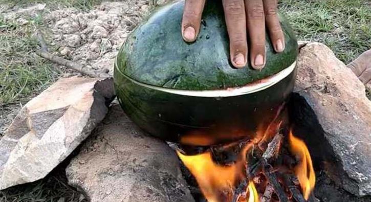Herkesi şaşırtan yöntem! Karpuzun içinde pişirdi...