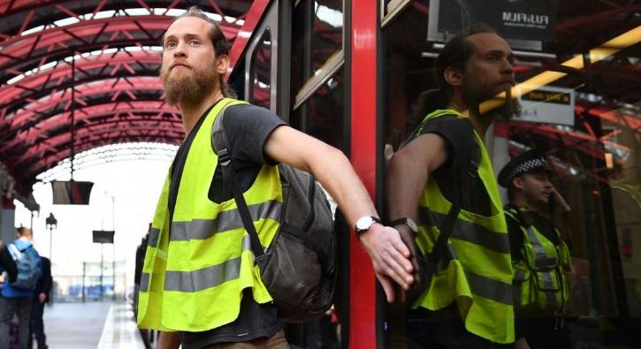 Eylemciler kendilerini gardaki trenlere yapıştırdı
