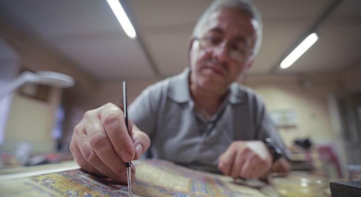455 yıllık Kur'an-ı Kerim restore ediliyor: Altını balla eziyorum