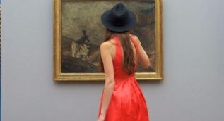 Müzede saatlerce bekleyip habersizce görüntüledi