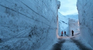 7 metrelik kar yağınca hayat kabusa döndü