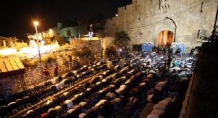 Filistinliler Mescid-i Aksa kapısında namaz kıldı