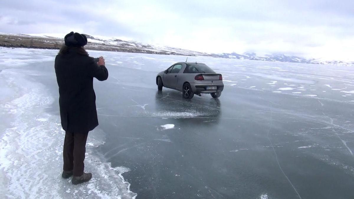 Burası Türkiye... Buz tutan gölün üzerinde drift yapıyorlar