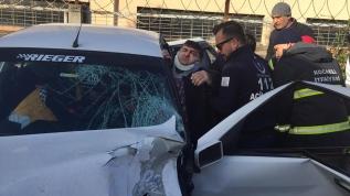 Kazada otomobilde sıkışan sürücüyü itfaiye, yaralı kurtardı