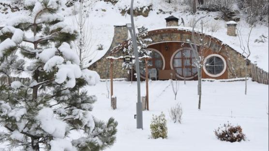 Sivas'ta 'Hobbit Evleri'nde kış güzelliği