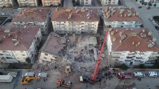 Deprem sonrası arama kurtarma çalışması devam ediyor