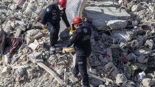 Yıkılan binadan böyle çıkardılar! Görevlilerin 'Kuran-ı Kerim' hassasiyeti