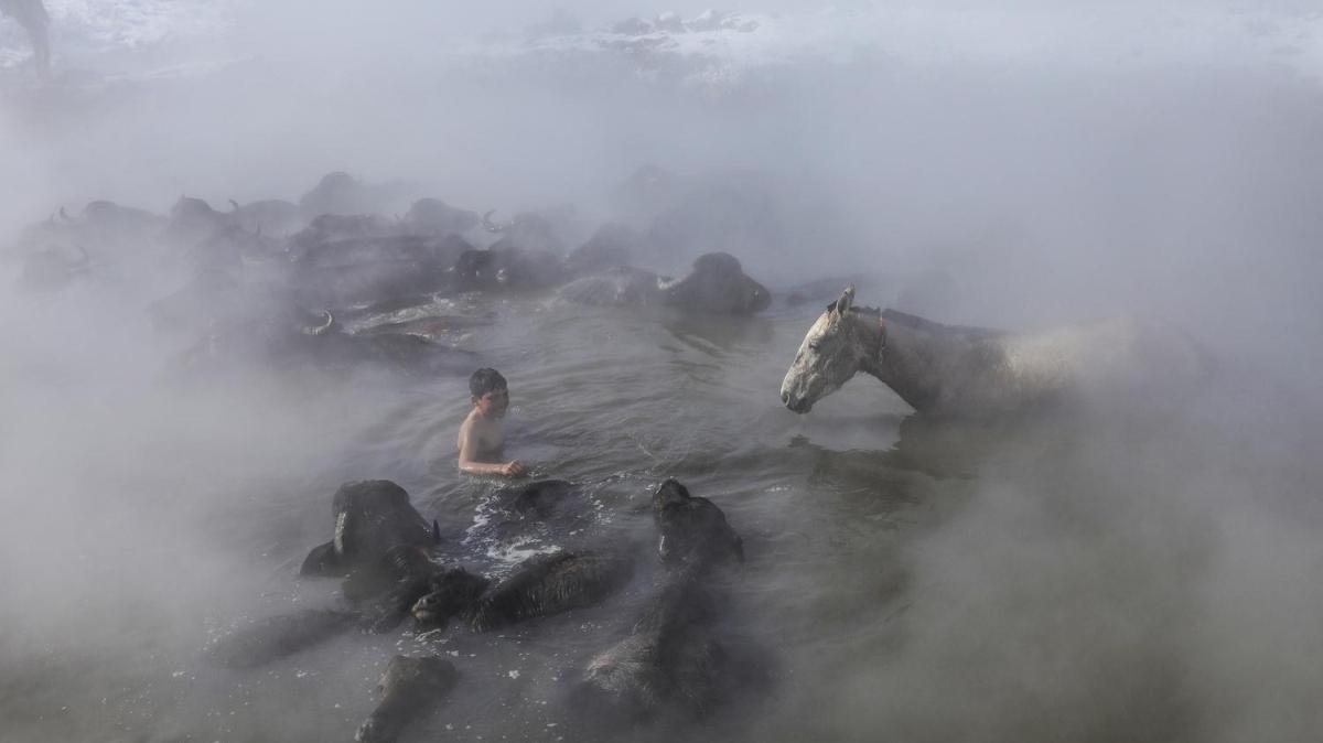 Dondurucu soğukta kaplıcanın keyfini bu kez onlar sürdü