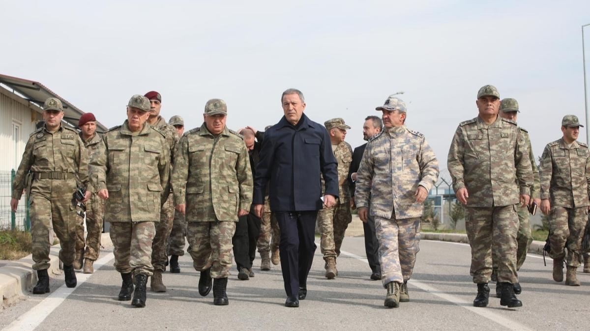 Bakan Akar ve komutanlar Suriye sınırında