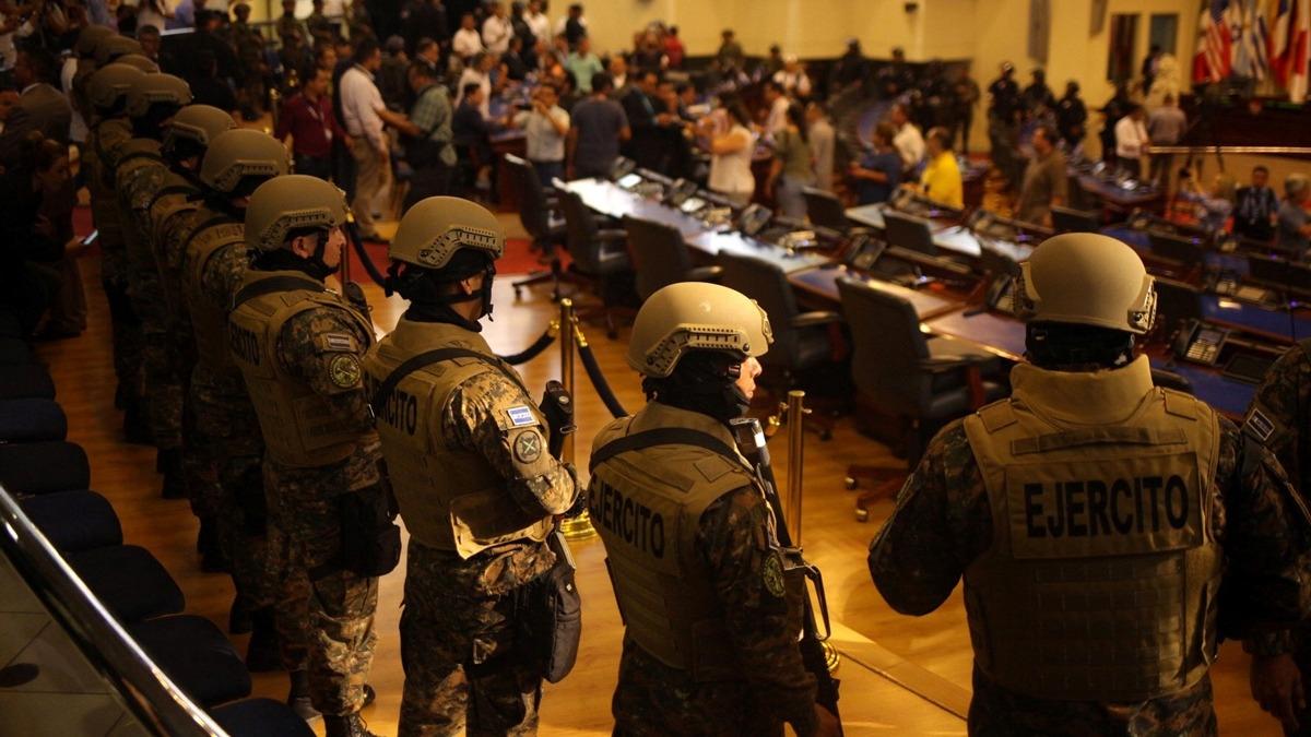 Orta Amerika ülkesinde siyasi kriz! Polis ve askerler Meclis'i kuşattı