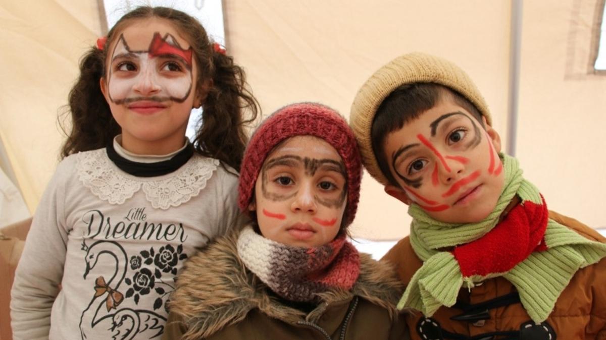 Destek çadırları ile depremzede çocukların gönüllerine dokunuluyor