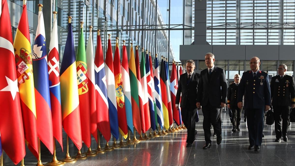 Bakan Akar'dan Brüksel'de Türk Askeri Temsil Heyeti Başkanlığına ziyaret