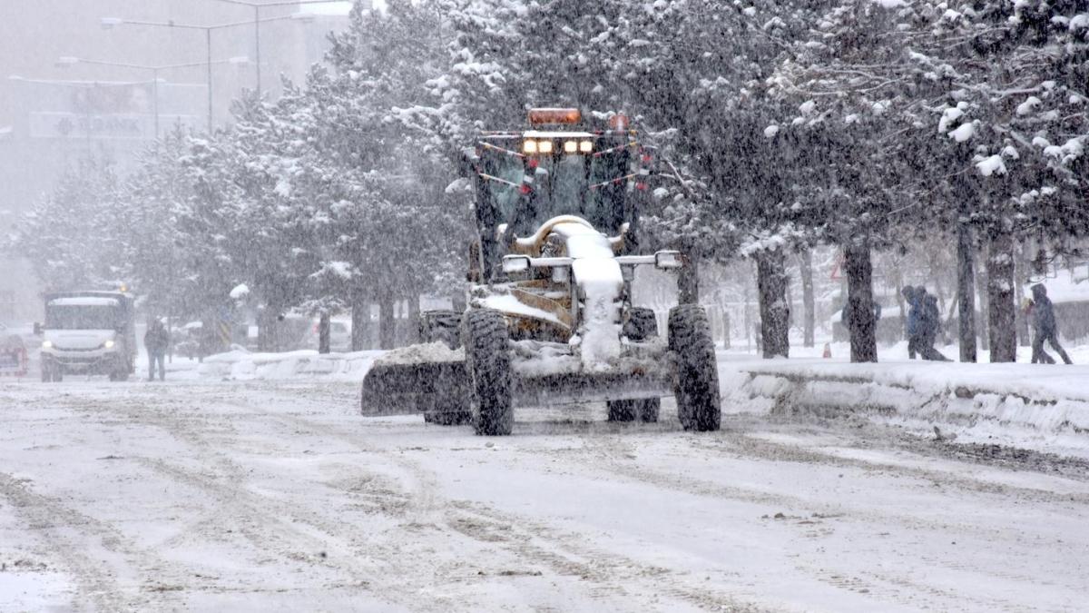 Karla mücadelenin kahramanları! 2 ayda binlerce kilometre yol açtılar