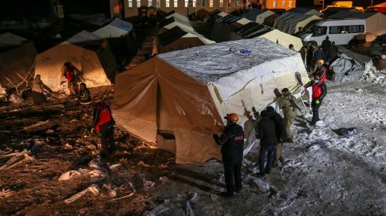 Van'da kurulan çadırlara depremzedeler yerleştirilmeye başlandı