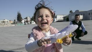 Suriyeli Selva artık gerçek oyuncaklarla, 'gerçek' oyunlar oynuyor!