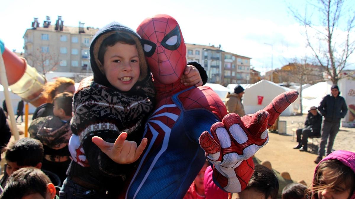 'Örümcek Adam' deprem bölgesinde çocukların yüzünü güldürüyor