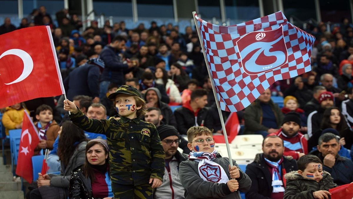 Trabzon'da tribünler Mehmetçik'i andı