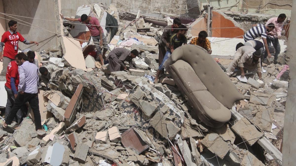 O ülkede 5 katlı bina çöktü: 3 ölü, 22 yaralı!