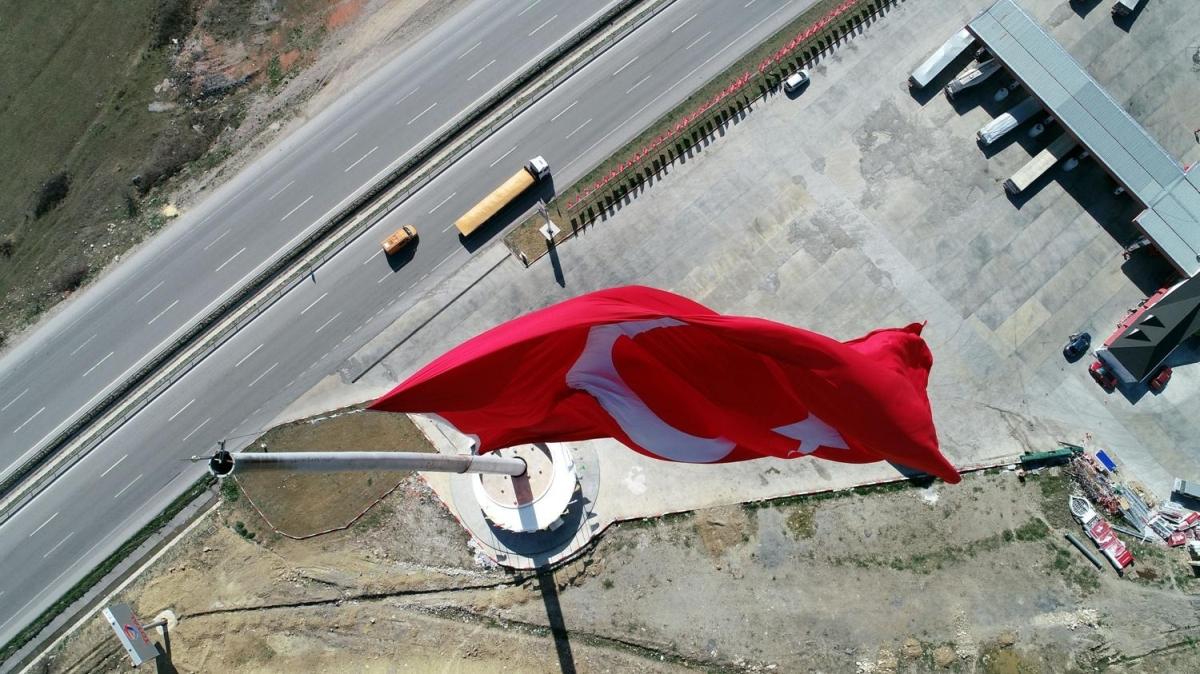 Ülkemizin büyüğü... Samsun'da dalgalanıyor