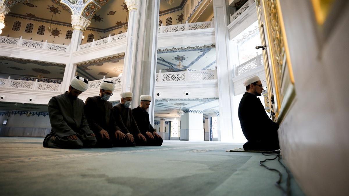 Moskova'da Müslümanlar, internetten canlı yayınlanan cuma namazına evlerinden katıldı
