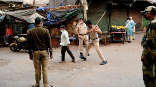 Hint polisi, sokağa çıkma yasağına uymayanları sopalarla dövdü!