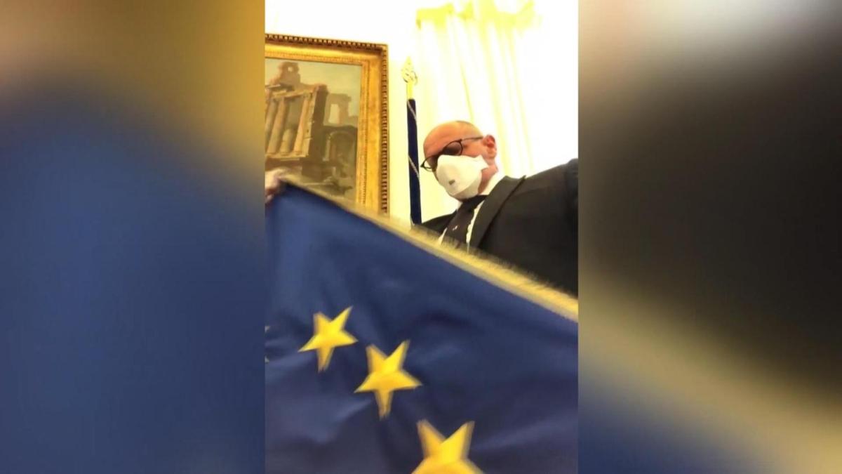 İtalyan siyasetçiler kızgın! AB bayrakları indiriliyor