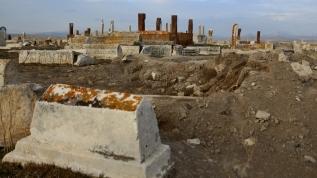 Koronavirüsü fırsat bildiler! Türk-İslam mezarlığını tahrip ettiler