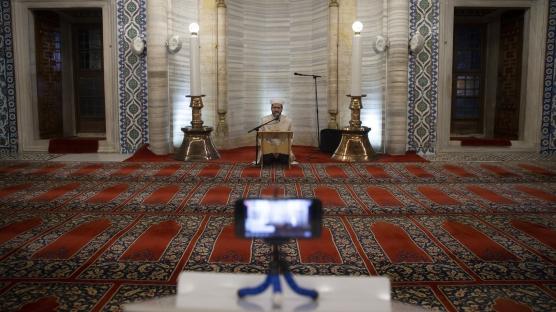 Selimiye'deki kandil programı sosyal medyadan canlı yayınlandı