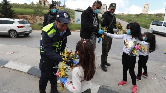 Filistinli çocuklar, görevlerini yapan güvenlik güçlerine çiçek verdi