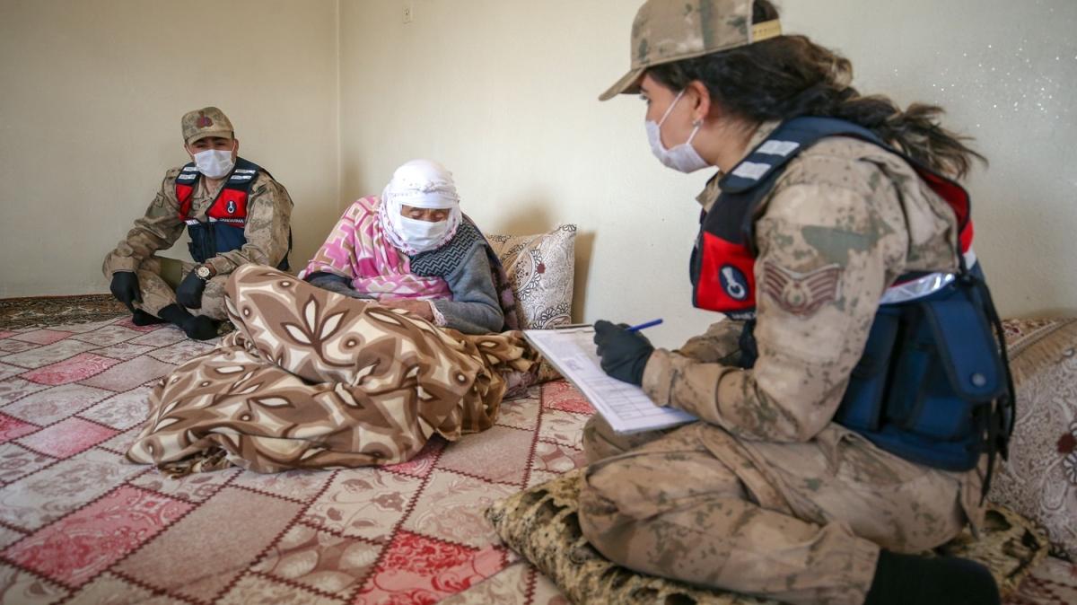 Jandarma 122 yaşındaki Emine nineyi ziyaret etti