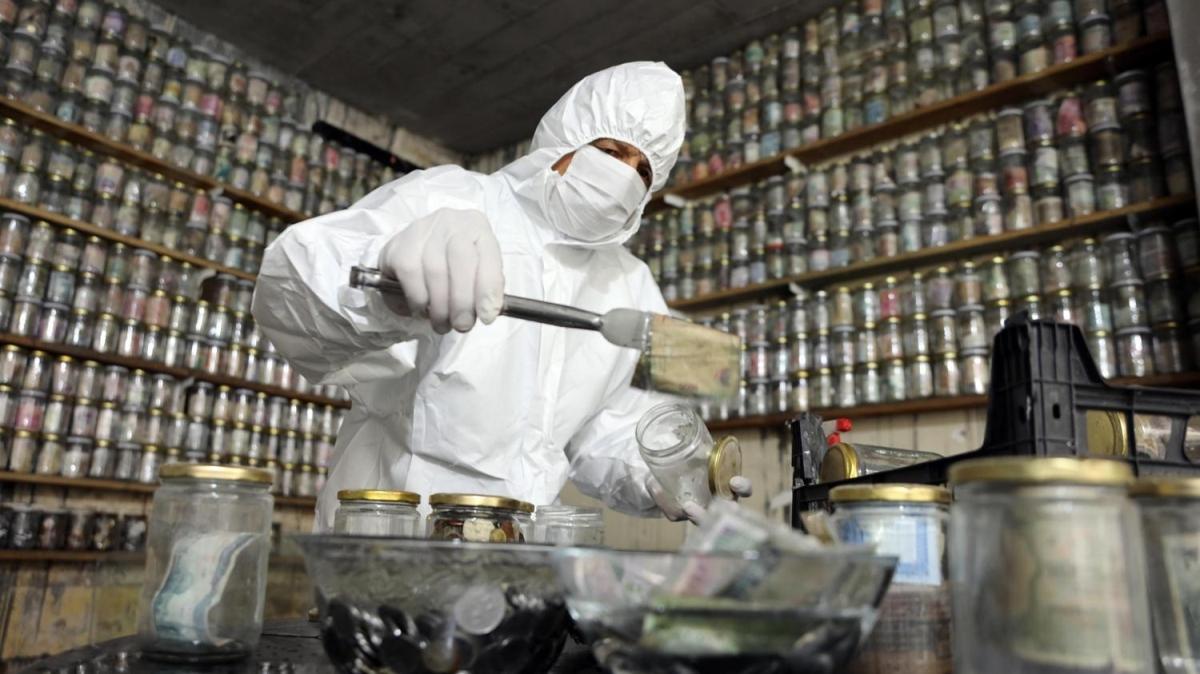 Tam 4 ton, kavanozlarda saklıyor! Hepsini virüse karşı dezenfekte etti