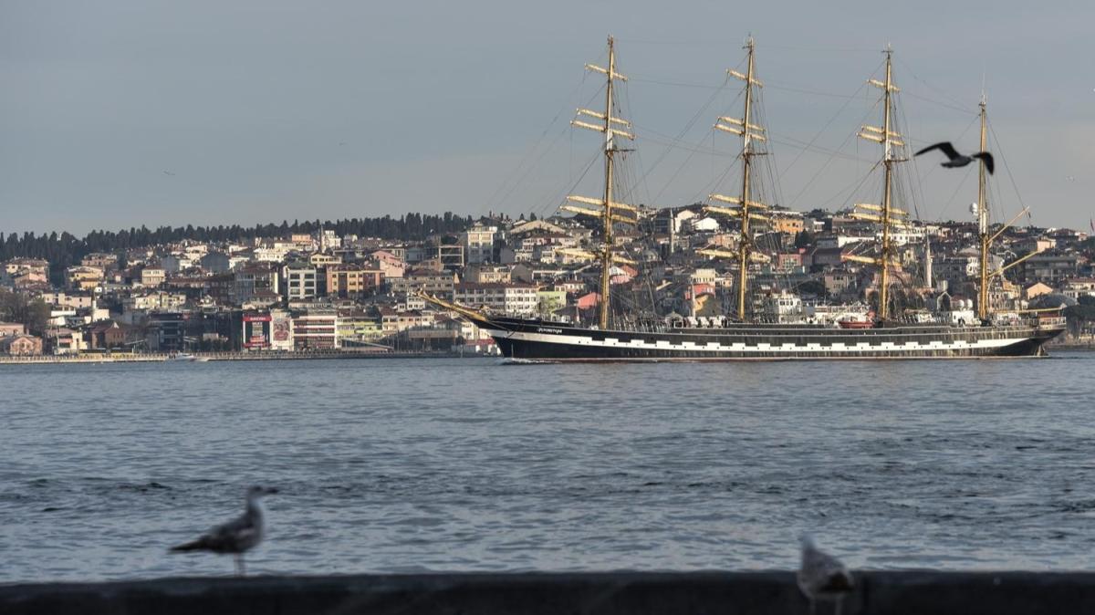 Dünyanın ikinci büyük yelkenli eğitim gemisi İstanbul Boğazından geçti