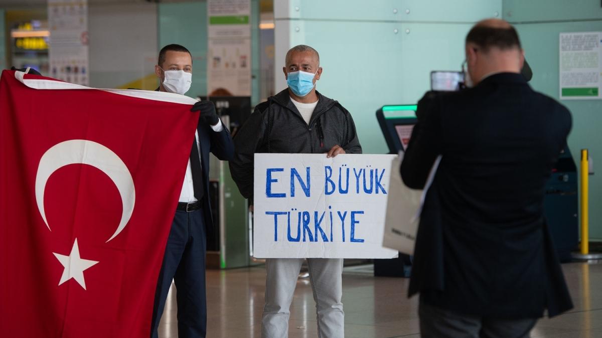 Kovid-19 nedeniyle yurda dönen Türkler Barselona'dan 'En büyük Türkiye' pankartıyla ayrıldı