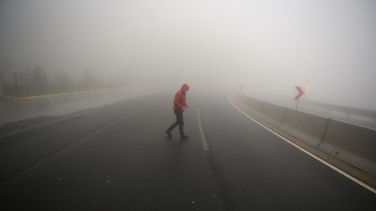Bolu Dağı'nda yoğun sis görüş mesafesini 15 metreye düşürdü