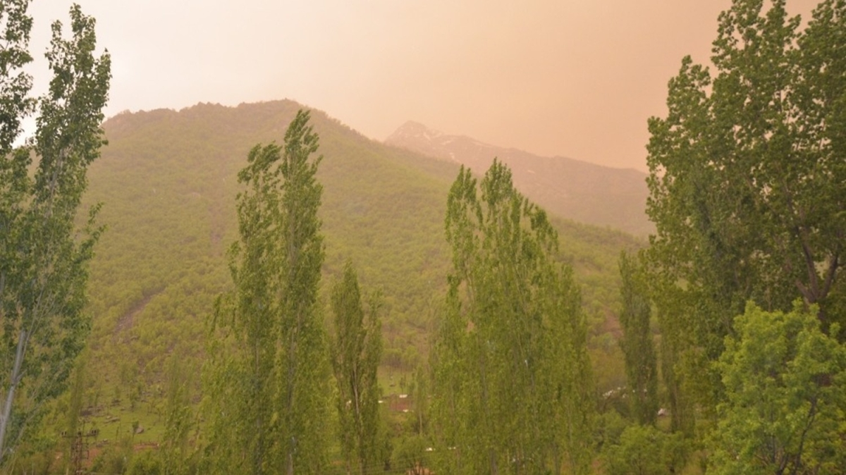 Toz bulutları yağmurla birleşti, gökten çamur yağdı