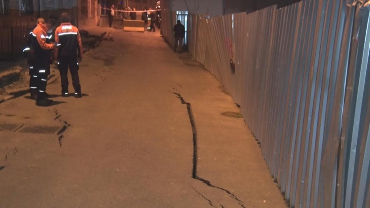 Esenler'de yolda çatlaklar oluştu, sokak kapatıldı