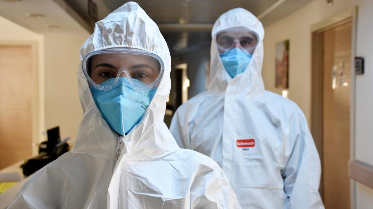 Hemşire çift omuz omuza koronavirüsle mücadele için çalışıyor