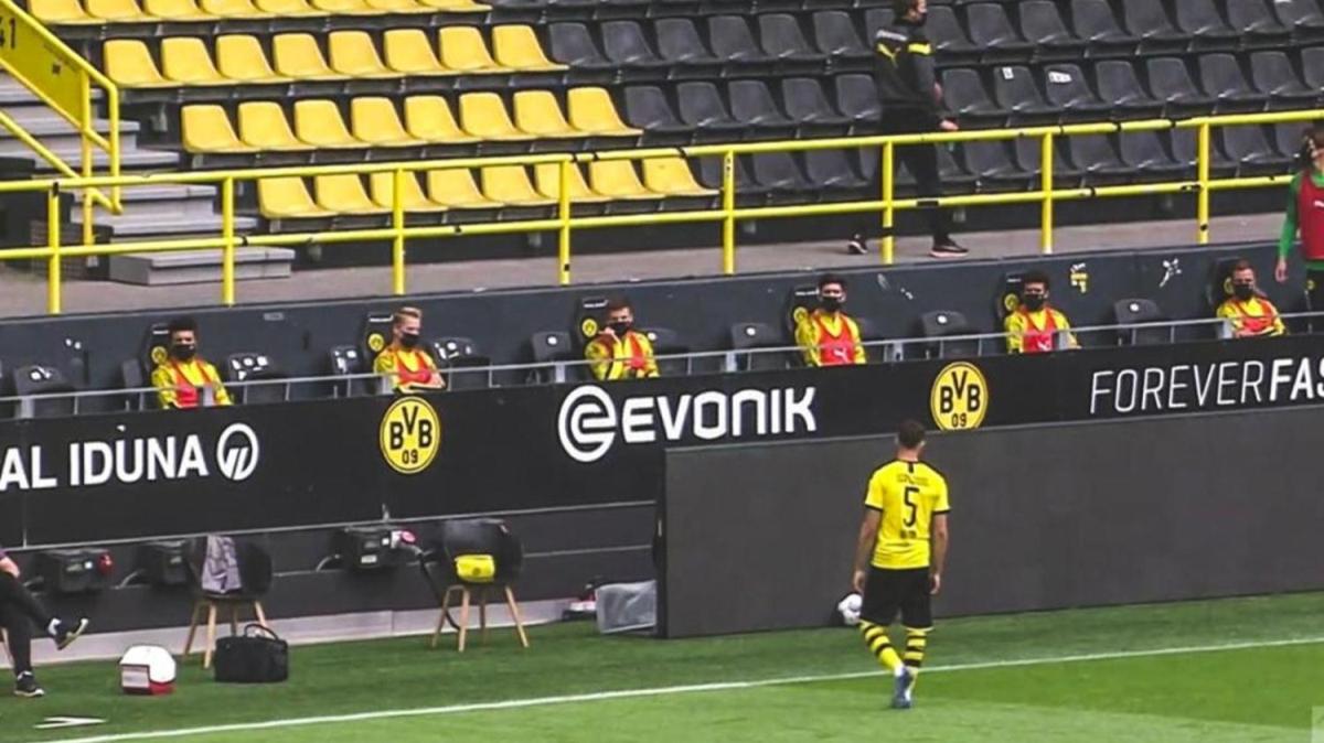 Dortmund - Schalke derbisinde sosyal mesafeli gol sevinci