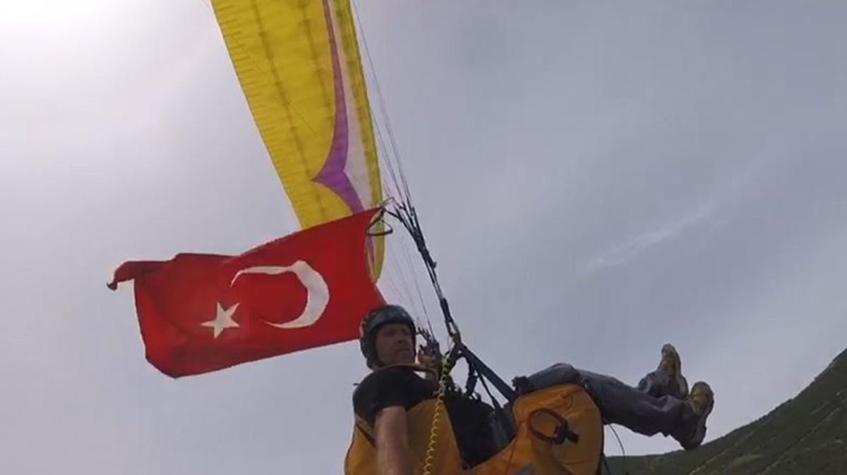 Gökyüzünde Türk bayrakları... Onlarca pilot 19 Mayıs için uçtu