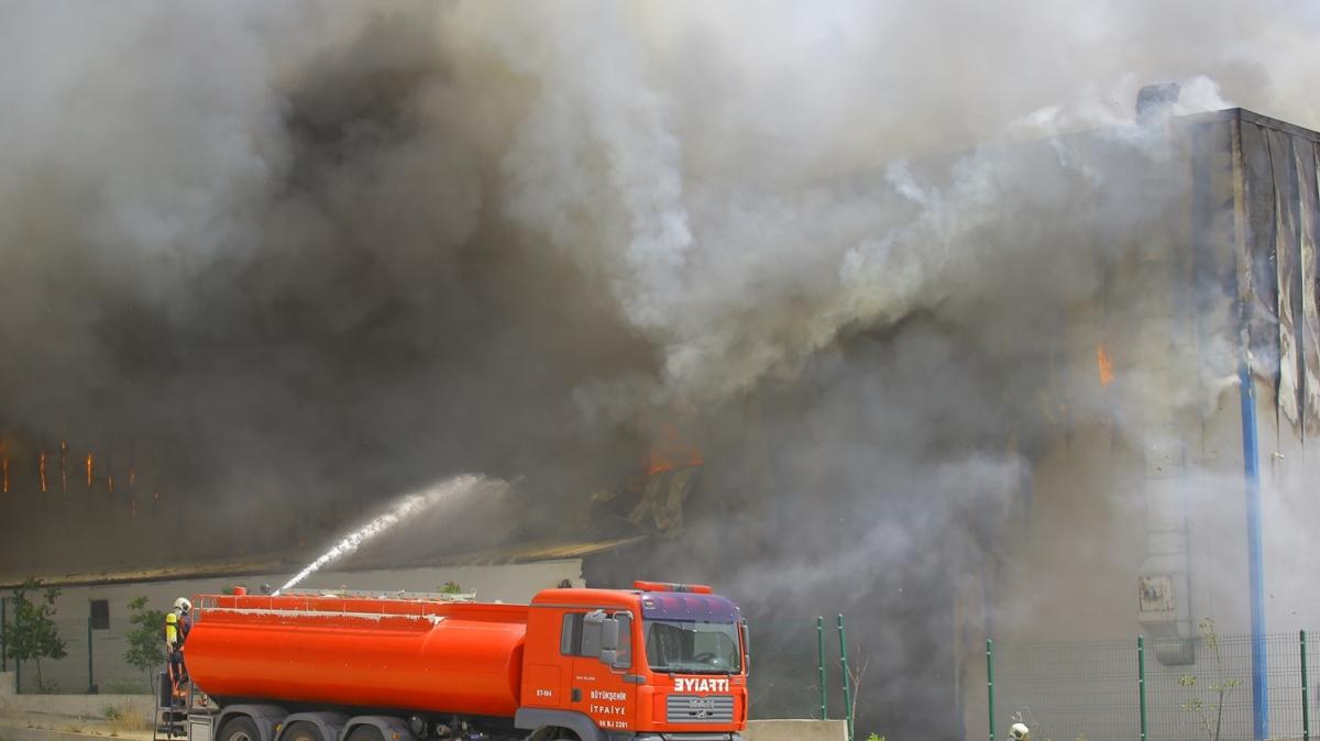 Medikal malzeme deposunda yangın çıktı: Ekiplerin söndürme çalışmaları sürüyor