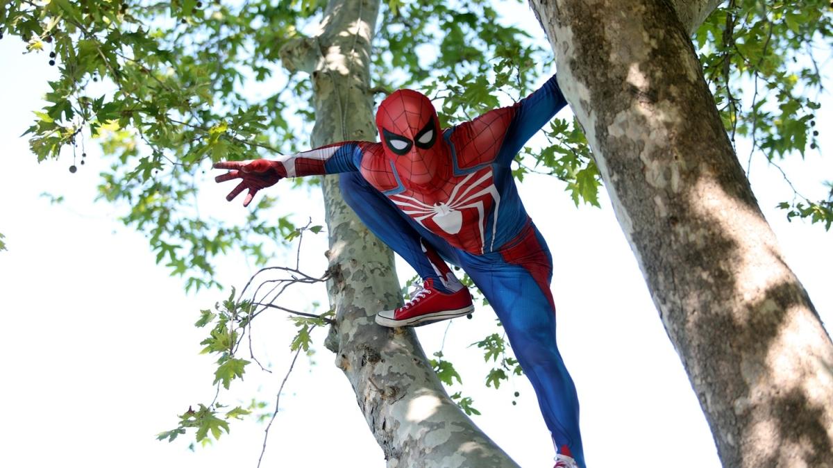 'Örümcek Adam'dan çocuklara bayram sürprizi